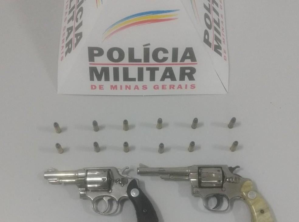 Com o grupo, entre 18 e 26 anos, foram apreendidos dois revólveres e munições (Foto: Polícia Militar/Divulgação)