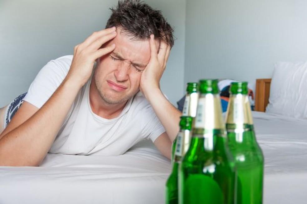 Após exagerar na ingestão de álcool, sintomas de ressaca são comuns no dia seguinte — Foto: Reprodução/Internet
