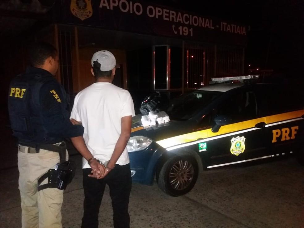 Homem é preso com 9 tabletes de maconha na Via Dutra, em Resende (Foto: Divulgação/PRF)