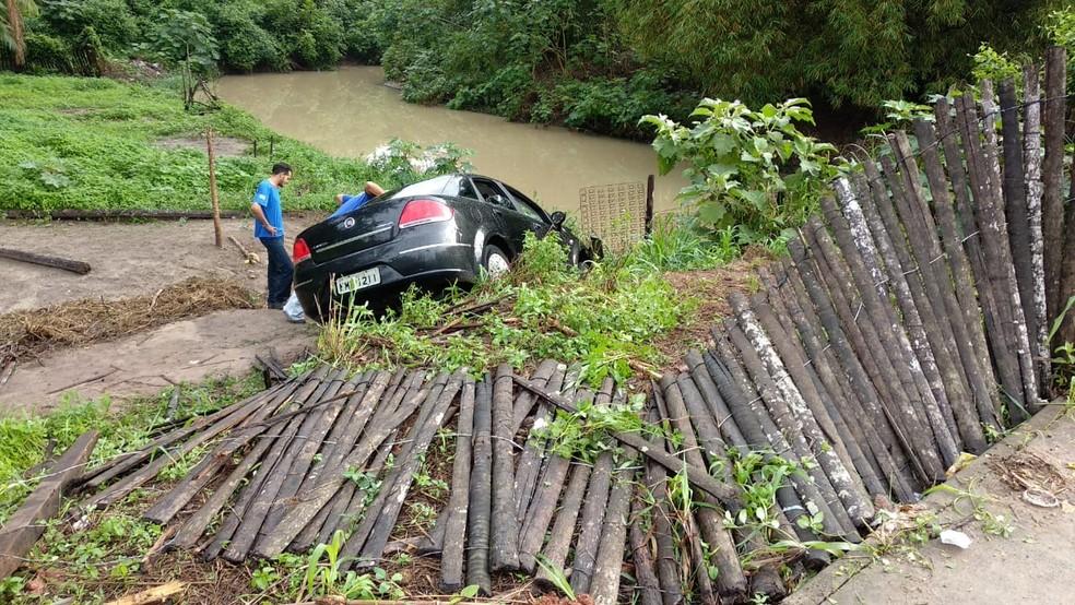 Motorista perde o controle e veículo cai em terreno em São Luís — Foto: Douglas Pinto/TV Mirante