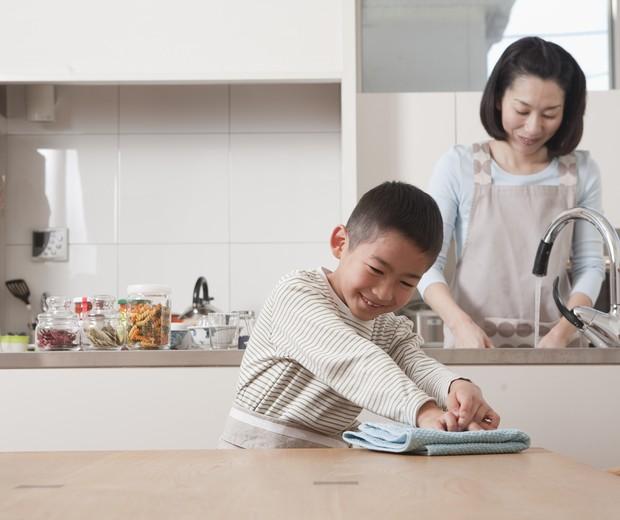 família ajuda faxina (Foto: Thinkstock)