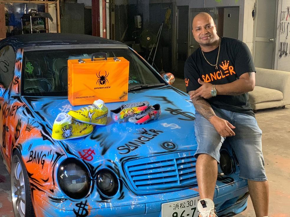 """Sancler """"Graffit"""" ao lado do tênis amarelo enviado para o ídolo Anderson Silva — Foto: Arquivo Pessoal"""