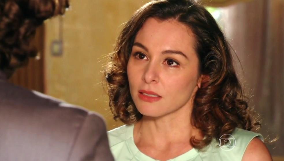 Amparo (Martha Nieto) pede para Alberto (Igor Rickli) entregar uma carta a Cristal (Moro Anghileri) - 'Flor do Caribe' — Foto: Globo