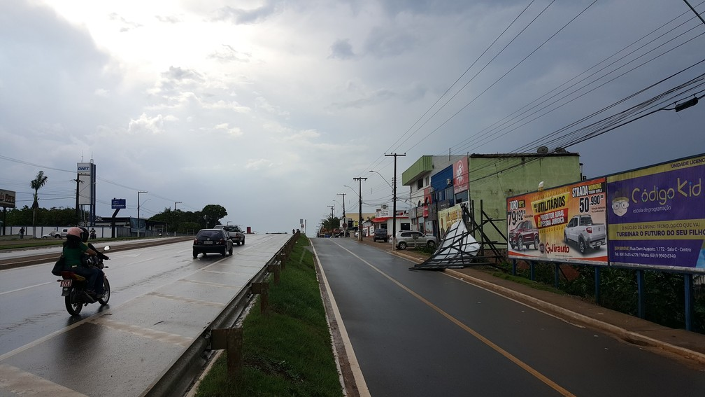 Chuva durou cerca de uma hora na cidade (Foto: Marco Bernardi/G1)