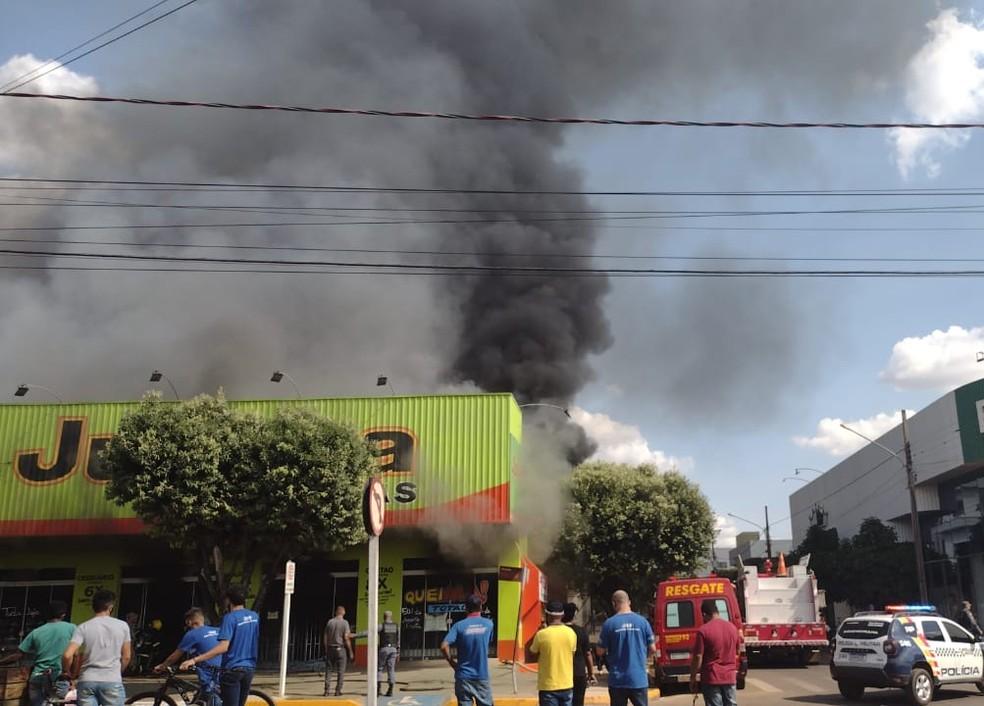 Bombeiros combatem incêndio em Sorriso (MT) — Foto: Alexandre Perassoli/TVCA
