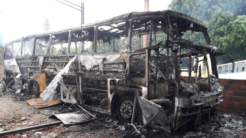 Ônibus da banda foi incendiado durante ataque criminoso em oficina de Fortaleza — Foto: Sistema Verdes Mares