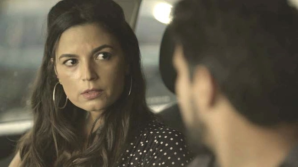 Zuleika (Emanuelle Araújo) ouve Jamil e promete ajudá-lo — Foto: TV GLOBO