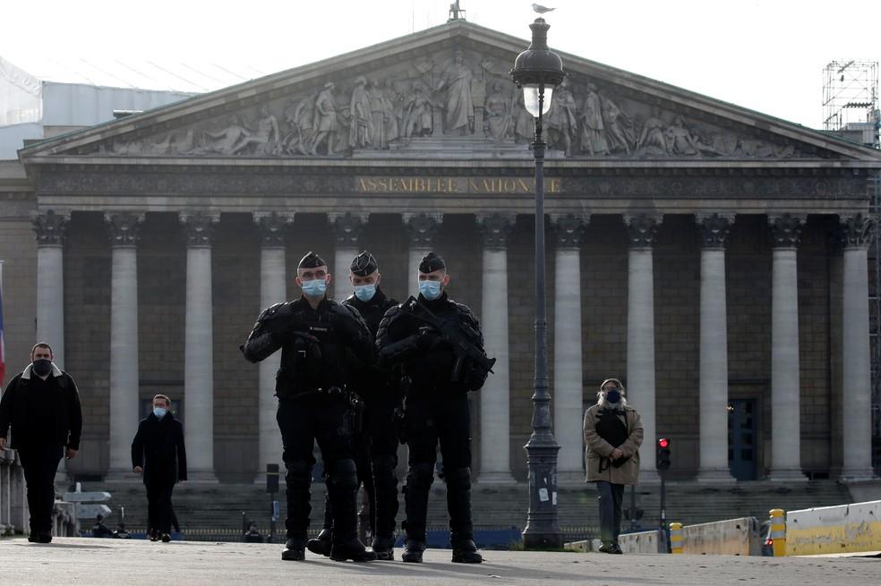 Policiais patrulham as ruas em frente à Assembleia Nacional da França, em Paris, nesta terça-feira (24) — Foto: Gonzalo Fuentes/Reuters