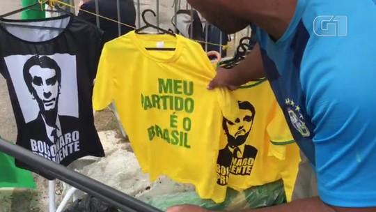 Um dia após eleição, rua de condomínio de Bolsonaro tem grande movimentação de eleitores e ambulantes