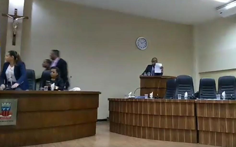 Confusão na Câmara de Vereadores de Candeias — Foto: Reprodução/Facebook