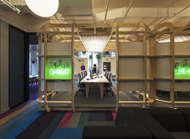 Os squads são cabines de madeira semiabertas. Nelas, os funcionários têm privacidade para fazer reuniões e, ao mesmo tempo, interagir com outros grupos (Foto: estudio guto requena | 2018)