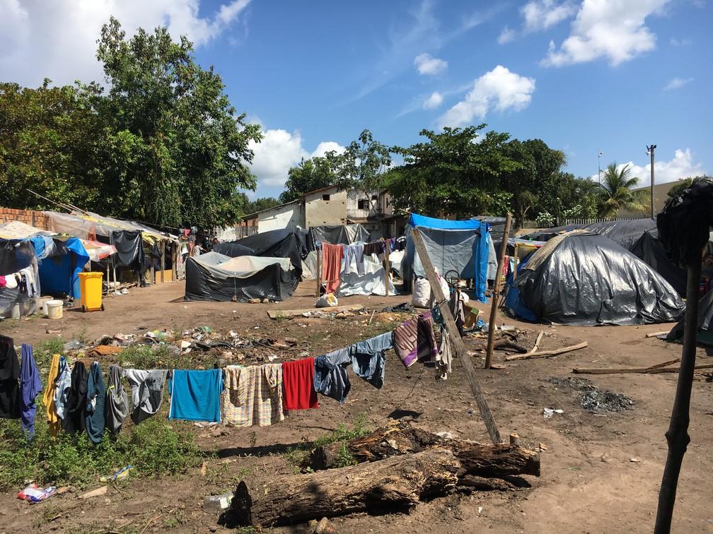 Favela em rua vizinha ao abrigo Jardim Floresta, na zona Oeste de Boa Vista; ocupação term cerca de 300 moradores (Foto: Emily Costa/G1 RR)