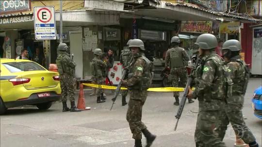 Homens das Forças Armadas começam a deixar a Rocinha