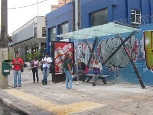 Usuários tem depredação de abrigo na Avenida Sumaré em dias de jogos na Arena Palestra, que segue em obras (Foto: Lívia Machado/G1)