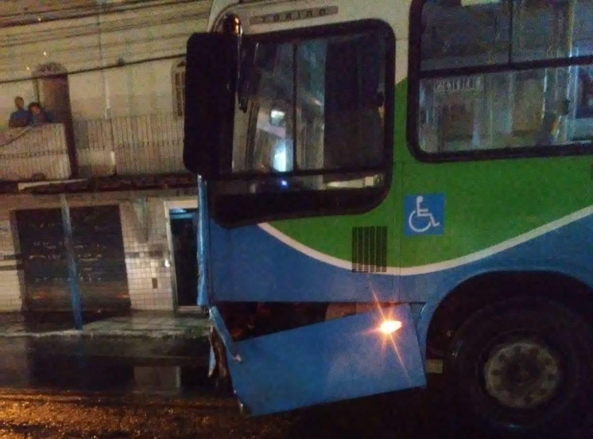 Idoso morre em acidente após bater moto em ônibus em Vila Velha, ES