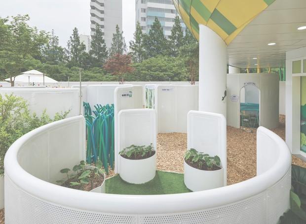 A instalação do Farming Architecture ganhou o nome de Fog Forest - jatos de água posicionados estrategicamente refrescam a brincadeira e criam a sensação de neblina no espaço (Foto: Kyung Roh/Goyang Children's Museum/Reprodução)