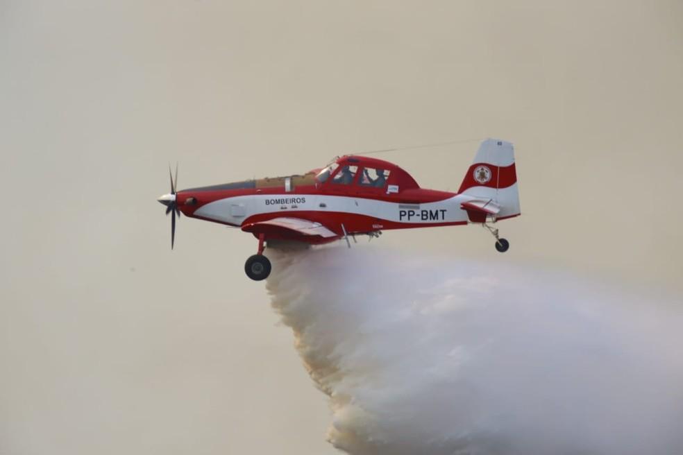 Pantanal tem 100 mil hectares destruídos por queimadas que começaram há 10 dias em MT; aeronaves são usadas no combate — Foto: Jeferson Prado