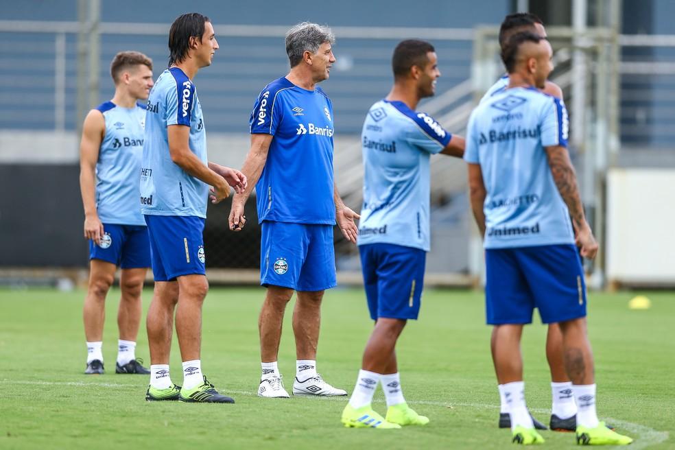 Alisson apareceu no gramado no aquecimento — Foto: Lucas Uebel/Grêmio