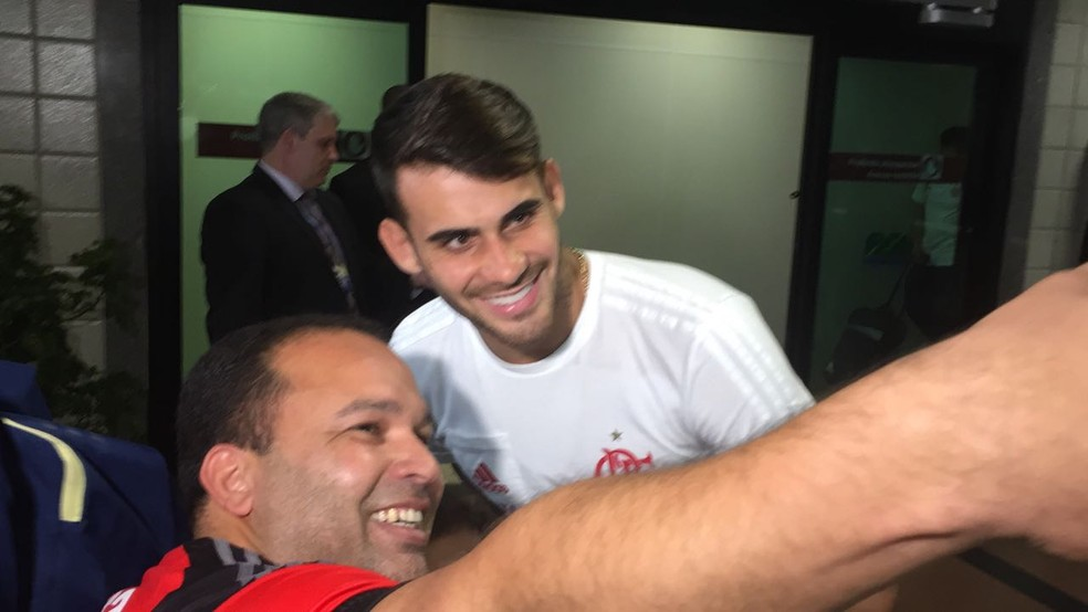 Autor de dois gols, Vizeu tira foto com torcedor na chegada (Foto: Raphael Zarko )