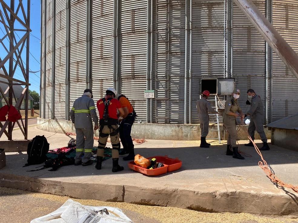 Equipe de bombeiros se prepara para entrar em armazén para resgatar vítima — Foto: CBM/MT