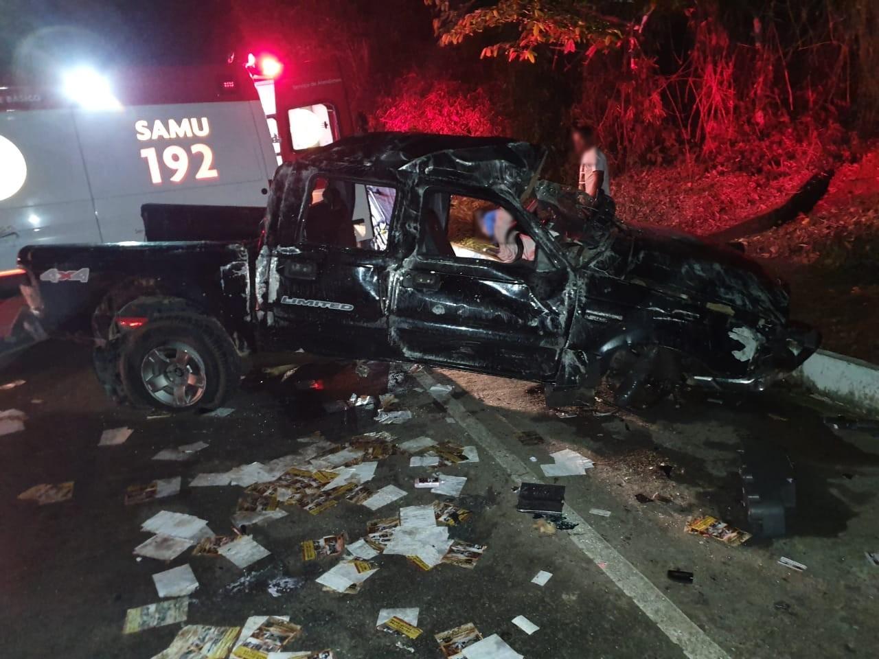 Homem morre após caminhonete bater em pedras que deslizaram de encosta na BR-101 em Ubatuba