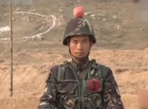 Soldado exibe maçã como alvo sobre sua cabeça: prova de confiança