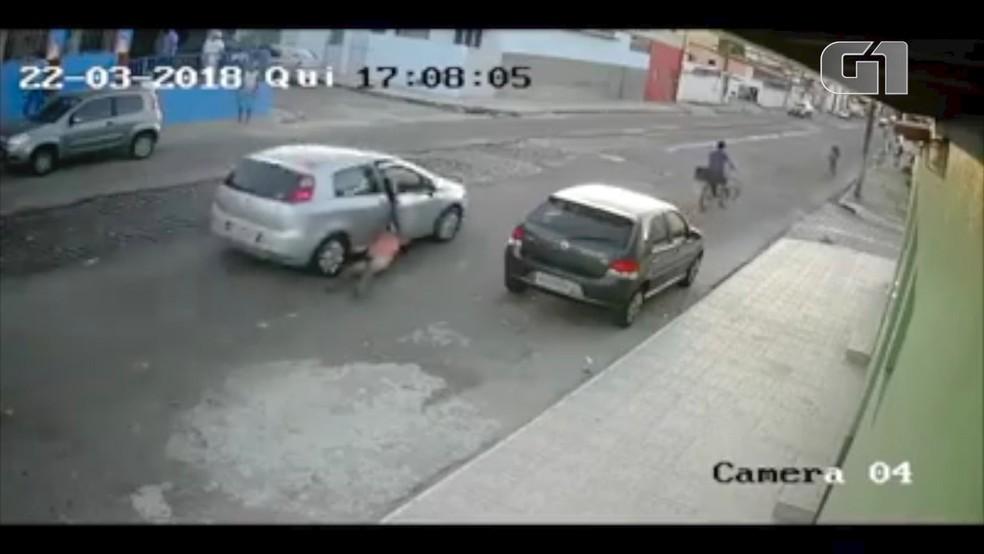 Homem foi arrastado por vários metros no bairro Cidade da Esperanç (Foto: Divulgação/Polícia Civil)