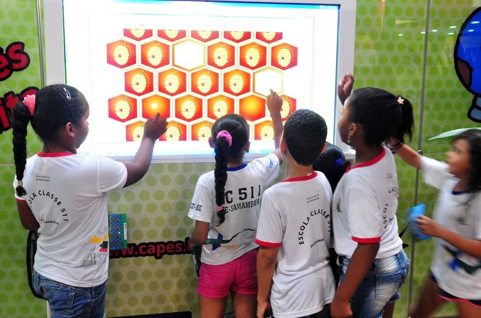 Alunos de escola pública do Distrito Federal testam tela 'touch' — Foto:  Tony Winston/Agência Brasília