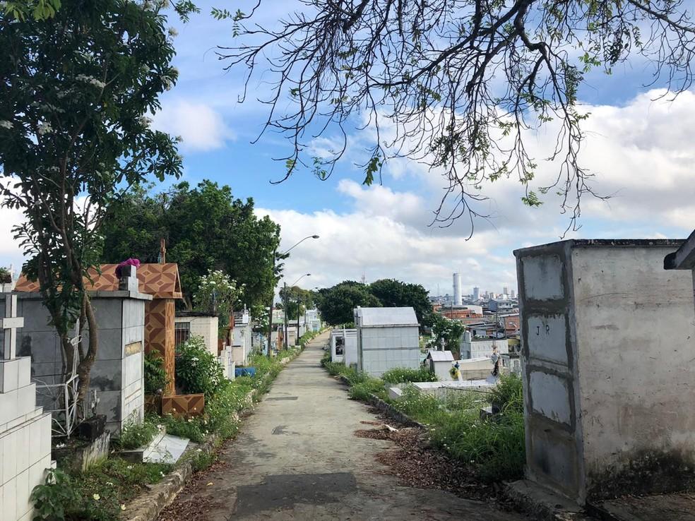 Corpo foi retirado de dentro do cemitério Morro da Liberdade, na Zona Sul de Manaus — Foto: Rebeca Beatriz/G1 AM