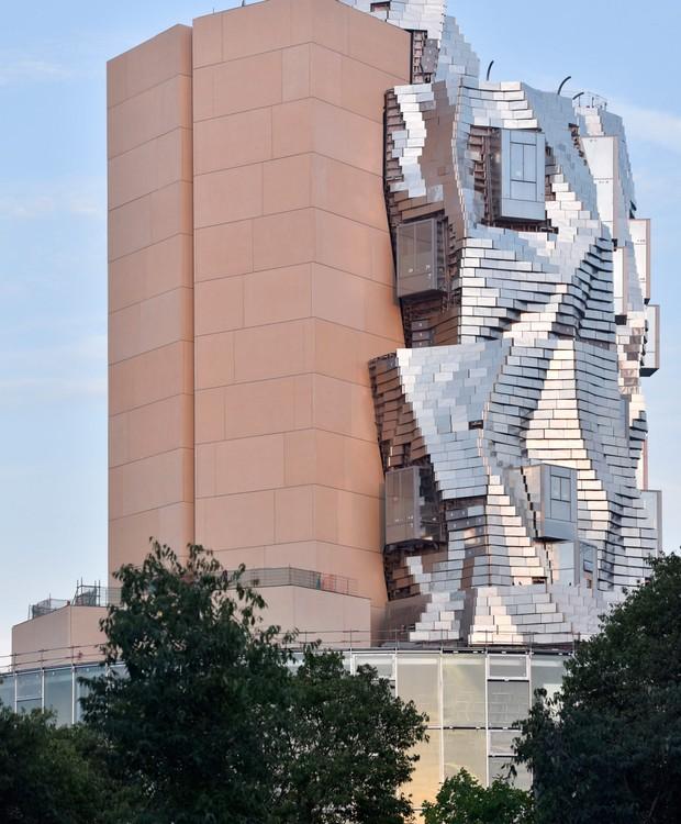 O revestimento de concreto é coberto por aço, alumínio e vidro (Foto: Hervé Hôte/ Deezen/ Reprodução)