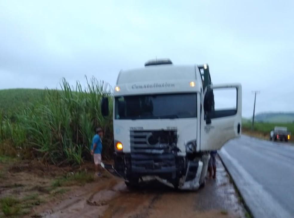 Motorista de caminhão morreu em colisão registrada nesta quarta-feira (29) na PE-60 — Foto: Reprodução/WhatsApp