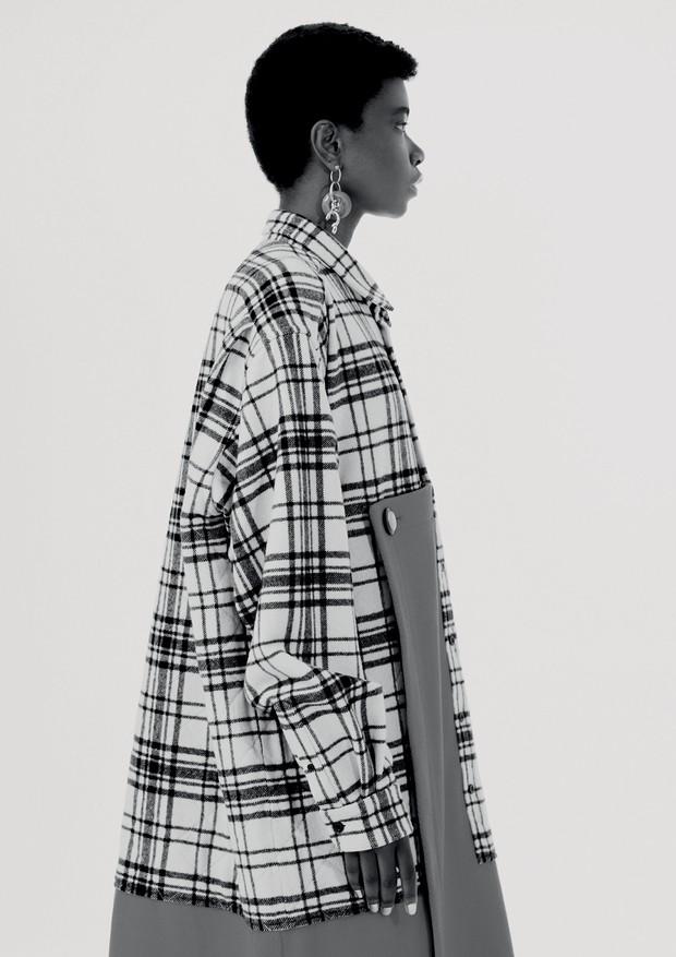 Priscila Ribeiro veste casaco e brincos, ambos Balenciaga.  (Foto: Hick Duarte)