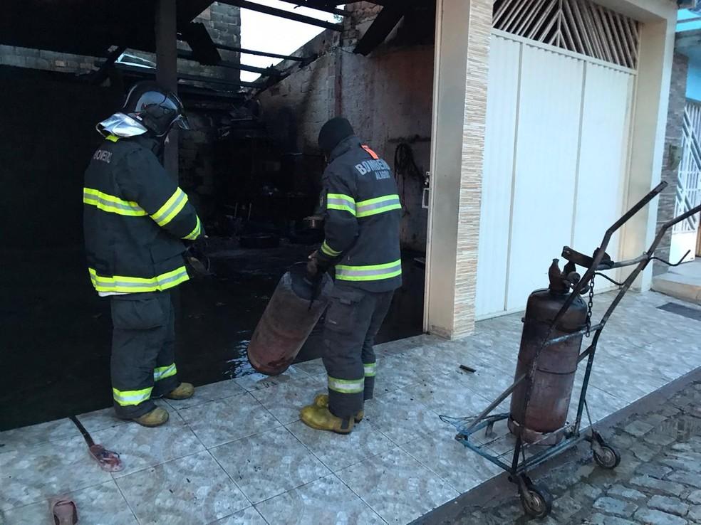 Militares do Corpo de Bombeiros foram acionados para controlar as chamas — Foto: Ascom/Bombeiros