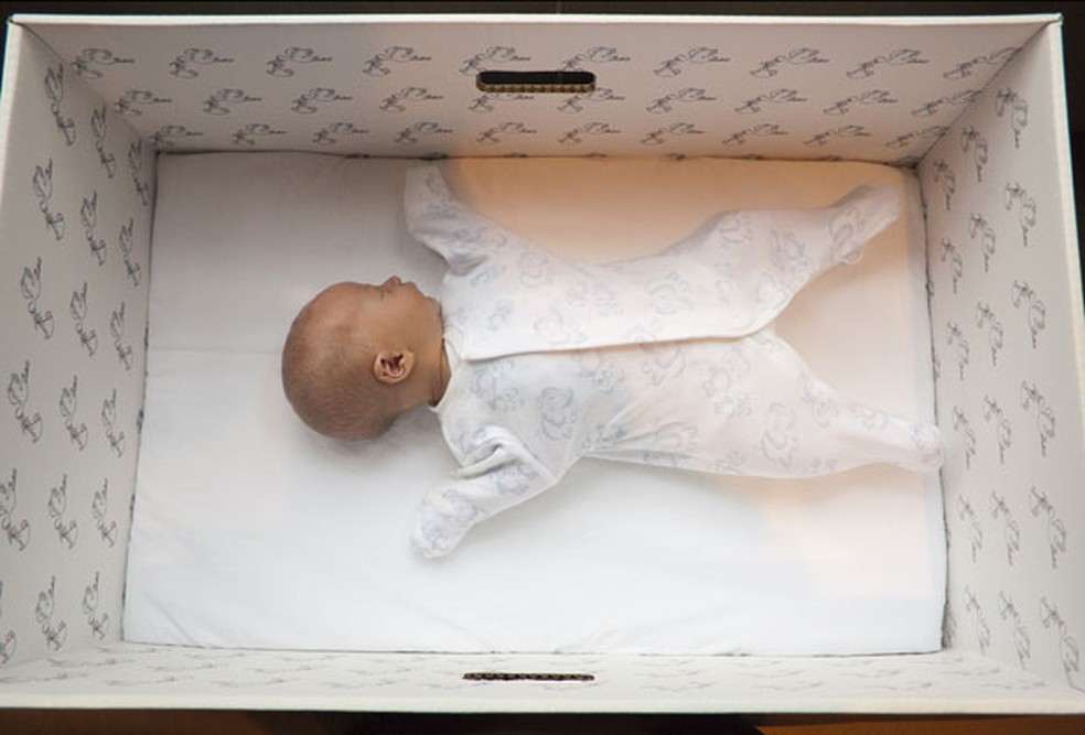 -  Caixa de papelão é entregue cheia de produtos e pode ser usada também como berço para o bebê  Foto: Milla Kontkanen