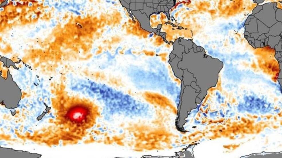 A mancha de água quente foi identificada por imagens de satélite. Ela é do tamanho de mais da metade do México — Foto: Climatere Analyzer/BBC