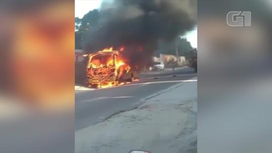 Ônibus escolar pega fogo em Araruama, no RJ; vídeo