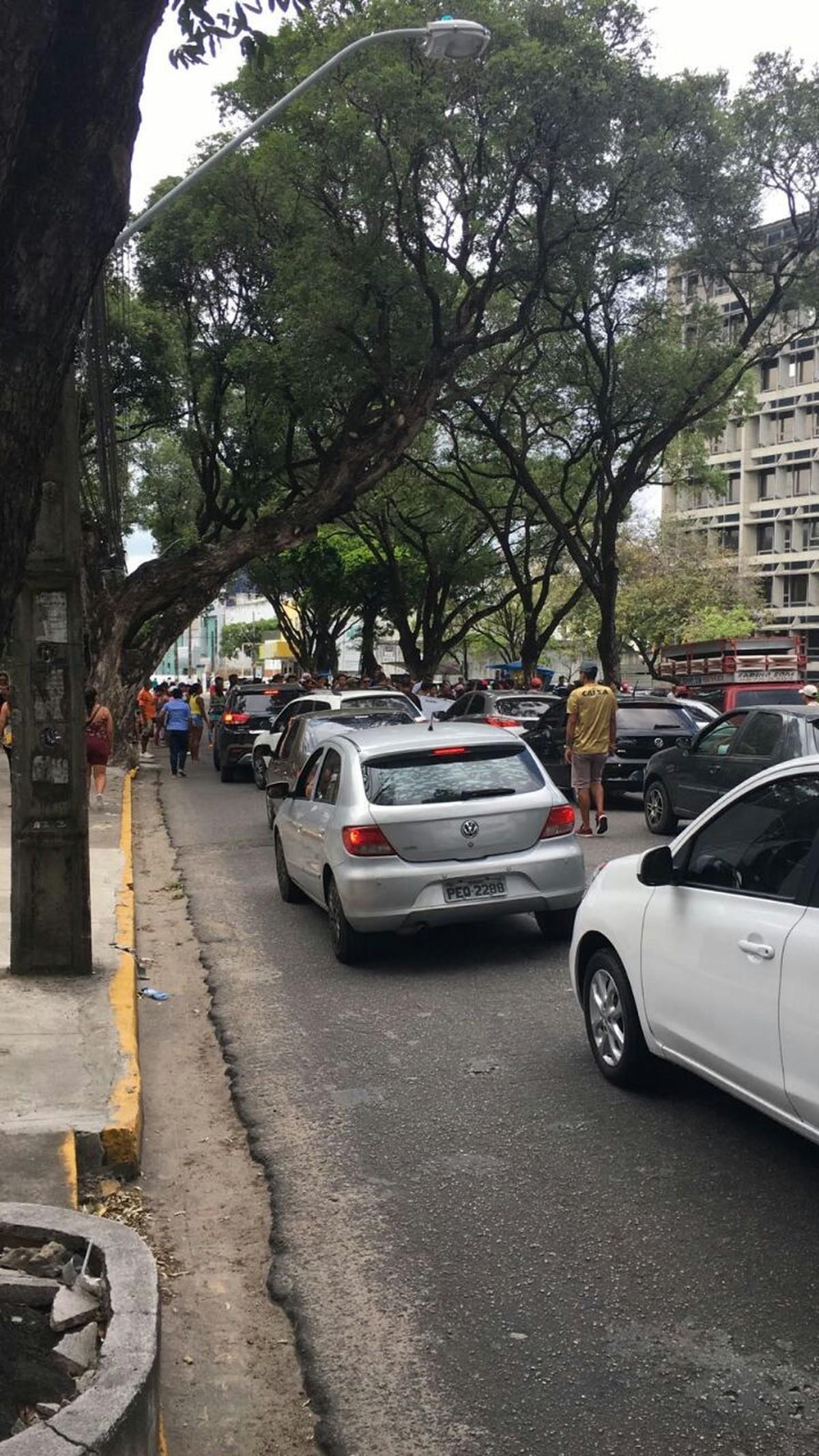 Moradores do Bongi realizam protesto em frente à Celpe, no Recife