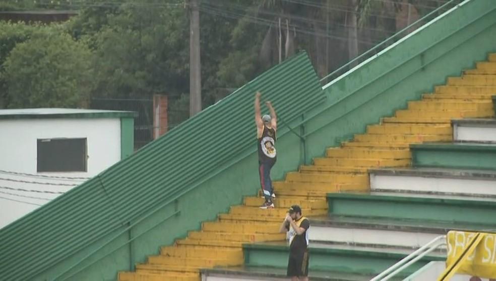 Torcedor do Criciúma arranca cano na Arena Condá — Foto: Reprodução/NSC TV