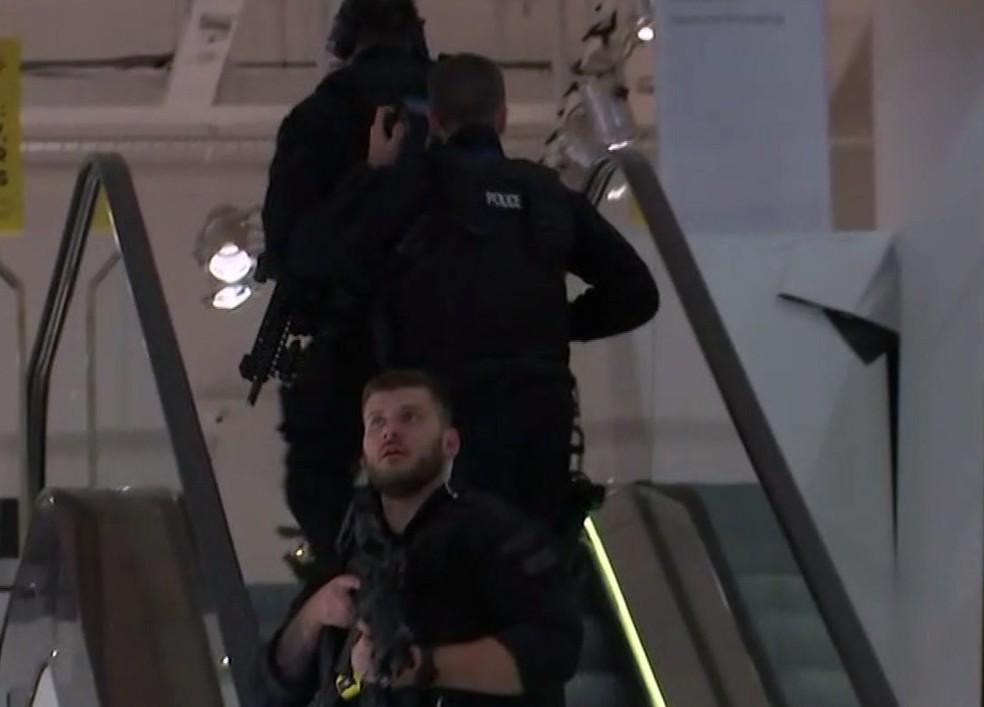 Polícia armada dentro de loja de departamento próxima à Oxford Street (Foto: Associated Press )