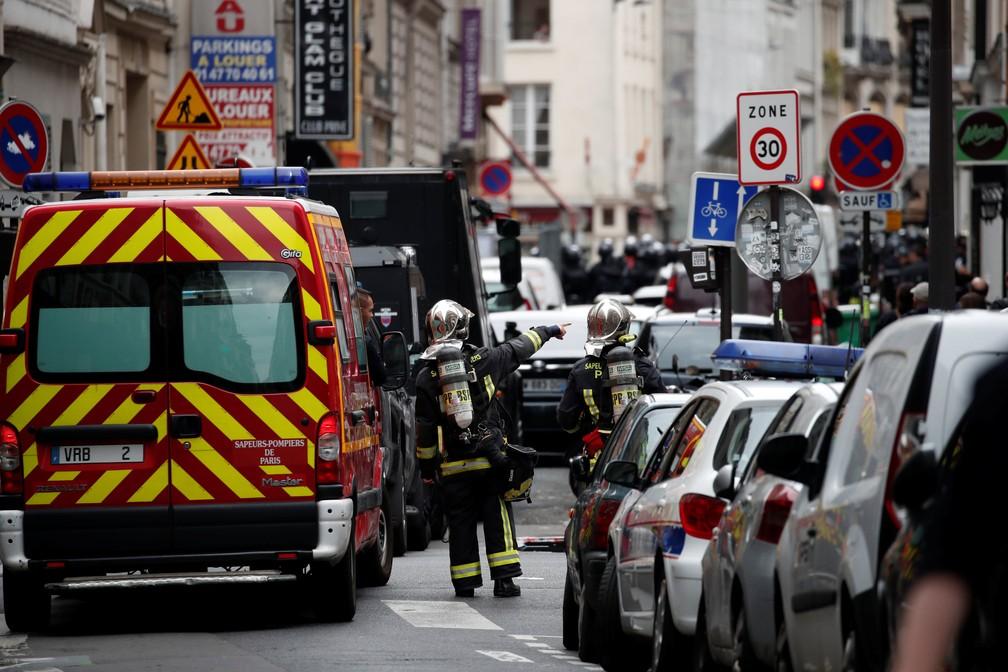 Bombeiros vão a local em que homem mantém dois reféns em prédio de Paris (Foto: Benoit Tessier/Reuters)
