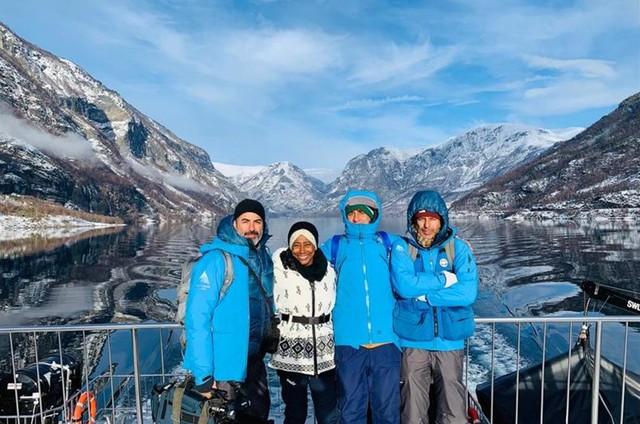 Glória Maria e a equipe do 'Globo repórter' — Guilherme Vizane, Jorge Ghiaroni e Adriano Moraes — na Noruega (Foto: TV Globo)
