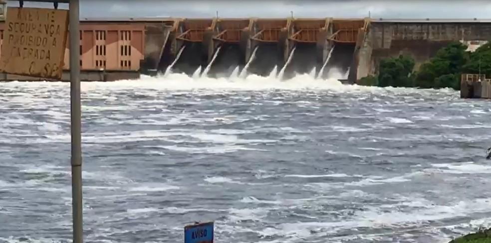 Equipes monitoram as chuvas e controlam a vazão do rio Tietê em Barra Bonita — Foto: Central da Notícia/Divulgação