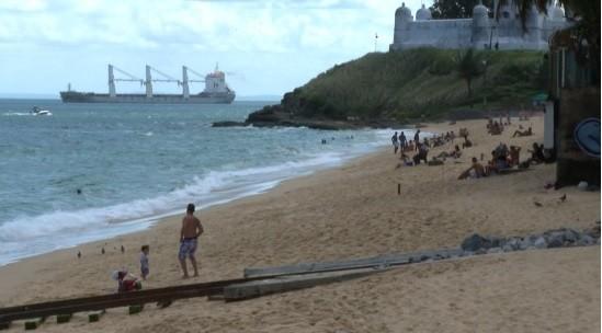 Banhistas ignoram decreto e vão a algumas praias de Salvador; veja giro