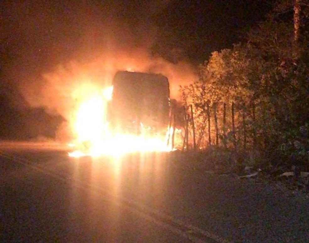 Ônibus foi incendiado por criminosos no município de Guaiúba na 13ª noite de ataques criminosos no Ceará — Foto: Reprodução/SVM