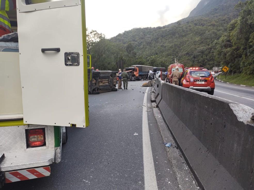Acidente na Serra do Mar deixou a BR-277 interditada no sentido Curitiba — Foto: BPMOA/Divulgação