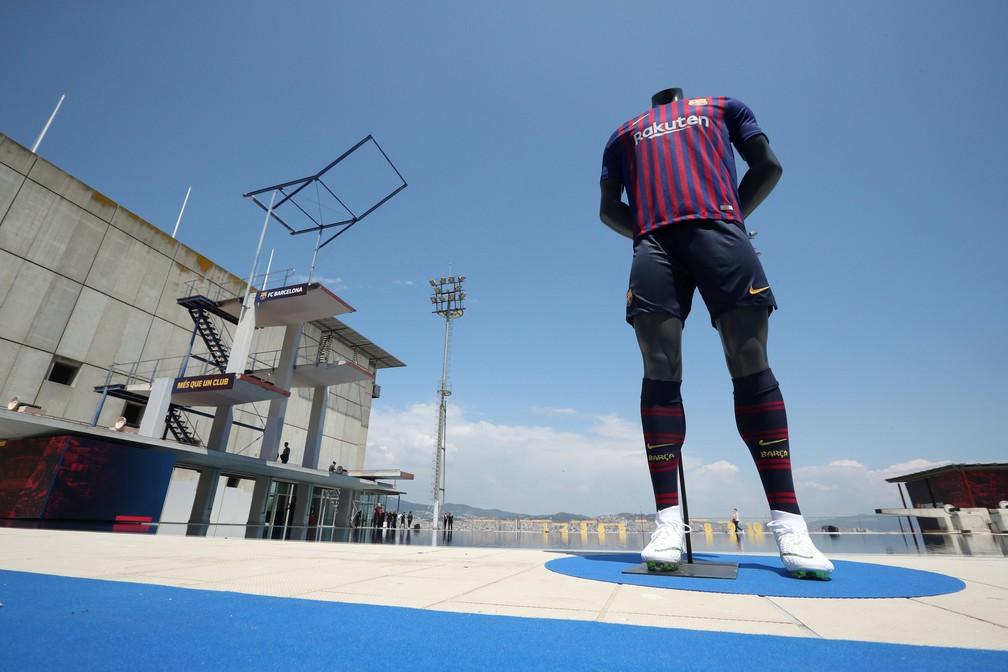 Uniforme novo do Barcelona lançado no Parque Aquático de Montjuic (Foto: REUTERS/Albert Gea)
