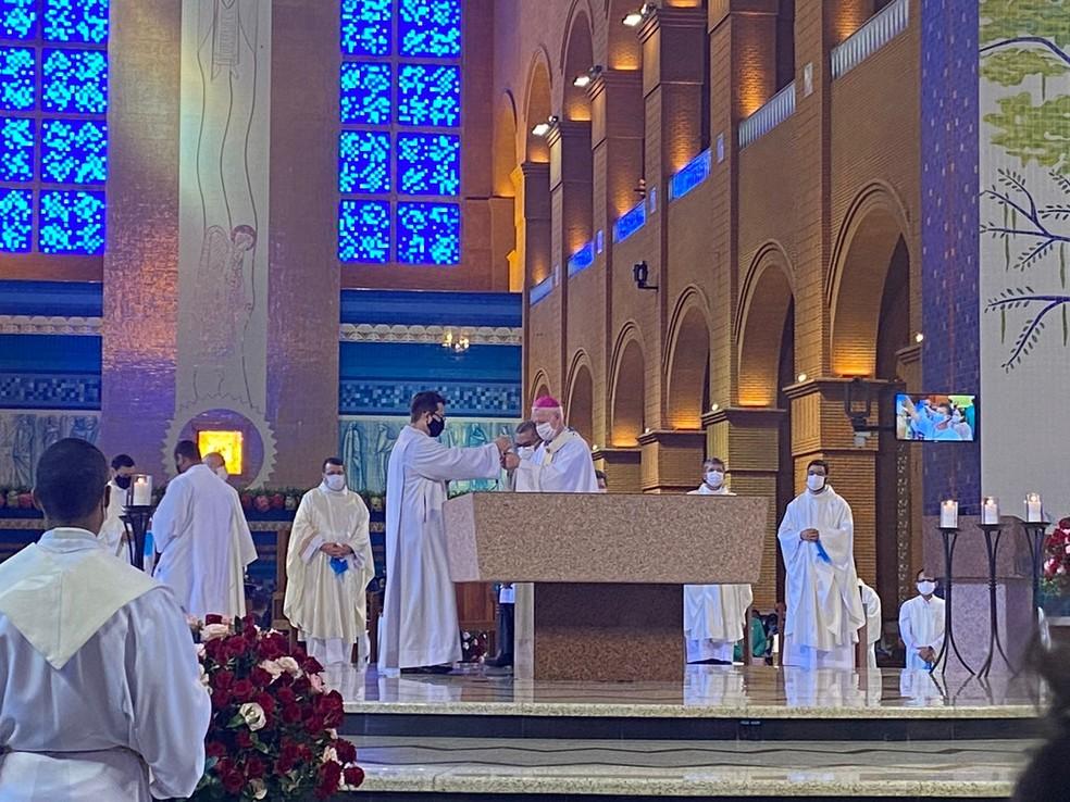 Missa das 9h no Dia da Padroeira foi celebrada por Dom Orlando Brandes, Arcebispo de Aparecida — Foto: Poliana Casemiro/ g1