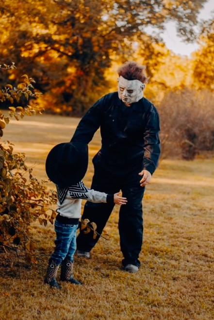 Halloween: Pai tenta assustar filho, mas é surpreendido com um abraço