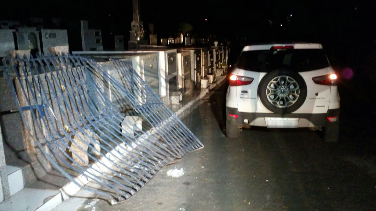Carro arrebenta portões e invade cemitério de Londrina