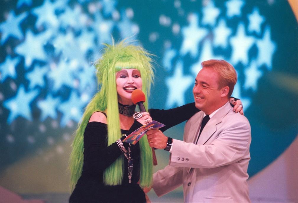 Gugu Liberato recebe a modelo e atriz Elke Maravilha em gravação do programa 'Domingo Legal' nos estúdios do SBT, em São Paulo, em novembro de 1997 — Foto: Epitácio Pessoa/Estadão Conteúdo/Arquivo
